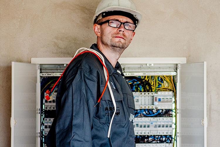 Stellenangebote: Elektriker am Sicherungskasten